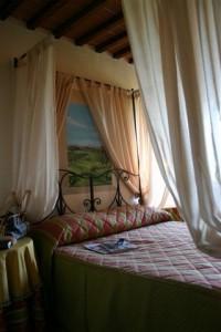 camera matrimoniale con letto a baldacchino
