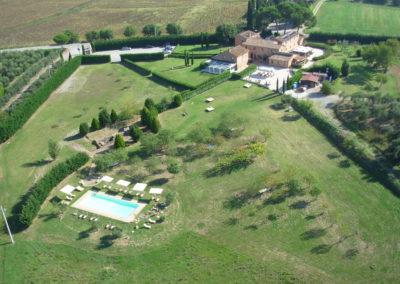 Bellissima piscina immersa nel verde del Beauty Farm Trasimeno Resort & SPA